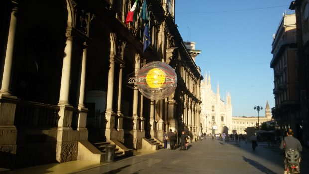 Foto dell'esterno di Palazzo Giureconsulti, con il Duomo sullo sfondo.